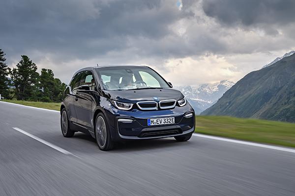 Elektroauto BMW i3 2018 auf einer Bergstraße. Bildquelle: BMW