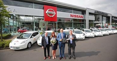 Übergabe von zehn Nissan Leaf an Carglass. Bildquelle: Nissan