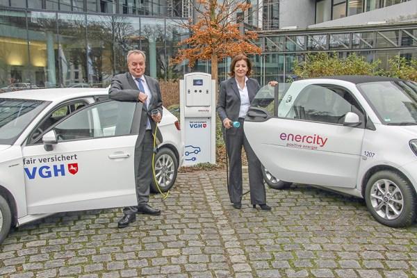 Personen (v.l.n.r.): Hermann Kasten, Vorstandsvorsitzender der VGH Versicherungen, und Dr. Susanna Zapreva, enercity-Vorstandsvorsitzende. (Foto: Frank Wilde)