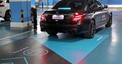 """Automated Valet Parking beginnt damit, dass der Nutzer das Fahrzeug zunächst in einer entsprechend gekennzeichneten """"Drop-off Area"""" abstellt, bevor er es zum Einparken per Smartphone-App losschickt. The user first parks the vehicle in a designated drop-off area before sending it to be parked using the smartphone app. Bildquelle: Daimler"""