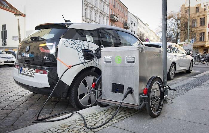 So sieht es aus, wenn das Elektroauto mit dem Anhänger von Chargery aufgeladen wird. Bildquelle: Chargery.de