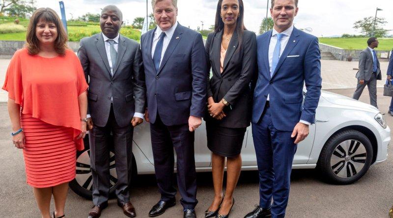 Volkswagen startet Elektromobilitäts-Projekt in Afrika V.l.n.r. Sabine Dall'Omo, CEO von Siemens Südafrika, Edouard Ngirente, Premierminister von Ruanda, Dr. Bernd Althusmann, Niedersächsischer Minister für Wirtschaft, Arbeit, Verkehr und Digitalisierung, Michaella Rugwizangoga, CEO von Volkswagen Mobility Solutions Ruanda und Thomas Schaefer, CEO von Volkswagen Group South Africa und verantwortlich für die Region Sub-Sahara. Bild-Nr: DB2019AL02395 Copyright: Volkswagen AG