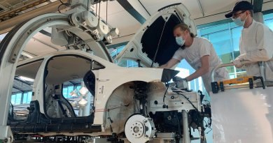 Beim Zusammenbau des Elektroauto VW e-Golf können Besucher