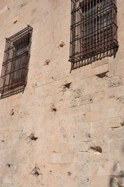 Mit Kanonen beschossenes Gebäude