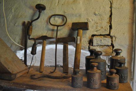 Alte Mühlenwerkszeuge in der Motormühle