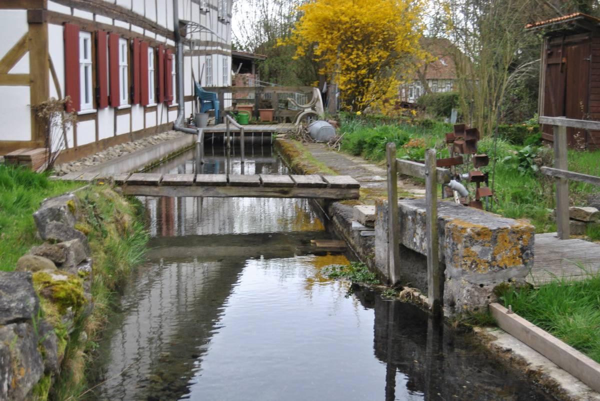 hinter der kleinen Terrasse befindet sich das Mühelnrad der Wassermühle Ekerode (1)