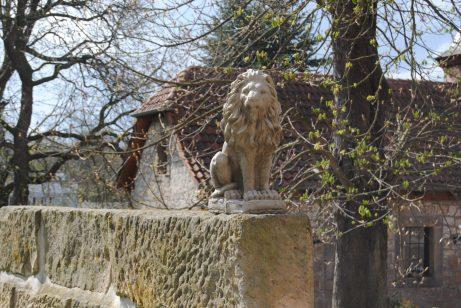 Hier wacht ein Löwe aus Stein