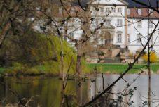 Das Schloss und der große See im Schlosspark