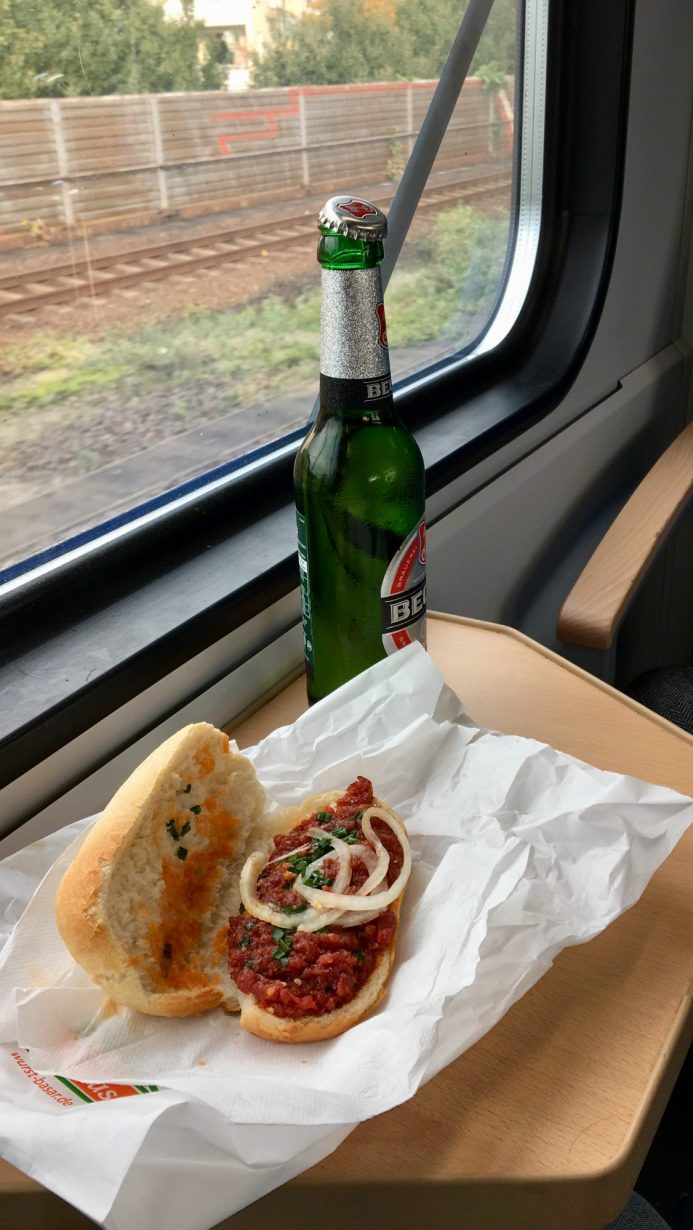 Ich sitze im Zug nach #Niedersachsen uns stimme mich ein: Pils und Mettbrötchen!
