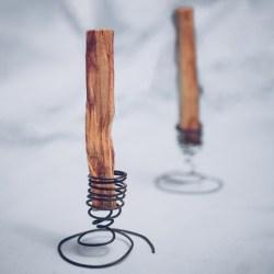 zwei einzelne Palo Santo Stick in Halterung