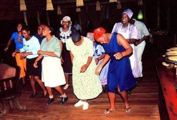 Ein Tänzchen der Köchinnen