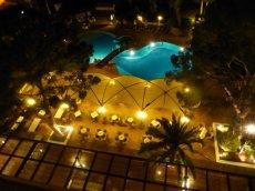 Wasserlandschaft des Hotels bei Nacht