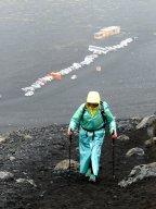 Mühsamer Aufstieg zum Krater im Regen - Island