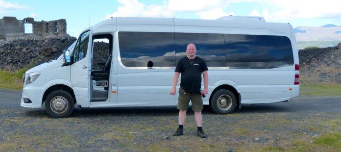 Unser Ersatzbus mit stolzem Fahrer - Island