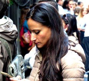 moderne Schöne mit Handy