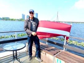Autor mit lettischer Flagge