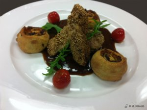 Sesam-Hähnchen auf Soja-Jus mit asiatischen Gemüsestrudel und Kirschtomaten