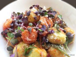 Rucola-Gnocchi mit Garnelen in Tomatensoße