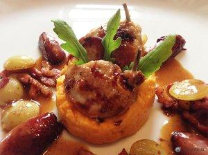 Wachtelbrust auf Süßkartoffel-Pastinaken-Püree mit Rotweinschalotten und Specktrauben
