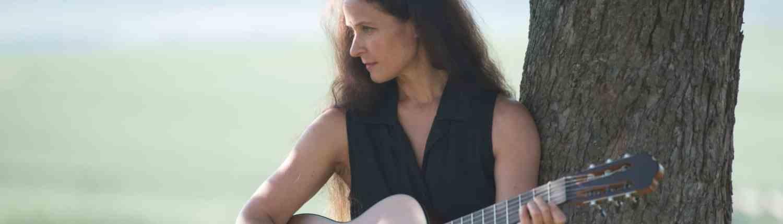 Nicole Mercier mit Gitarre
