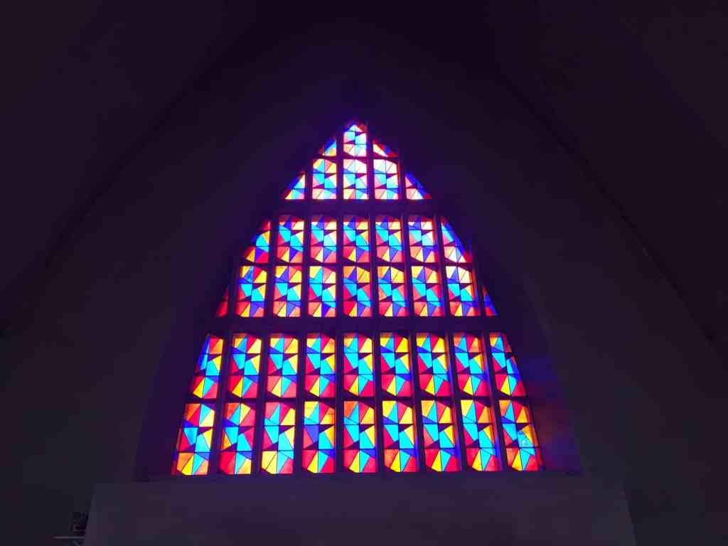 Schwanenkirche Roes, Glasfenster
