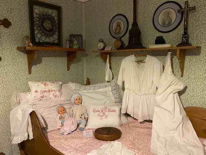 Pppen und Hemden auf altem Bett