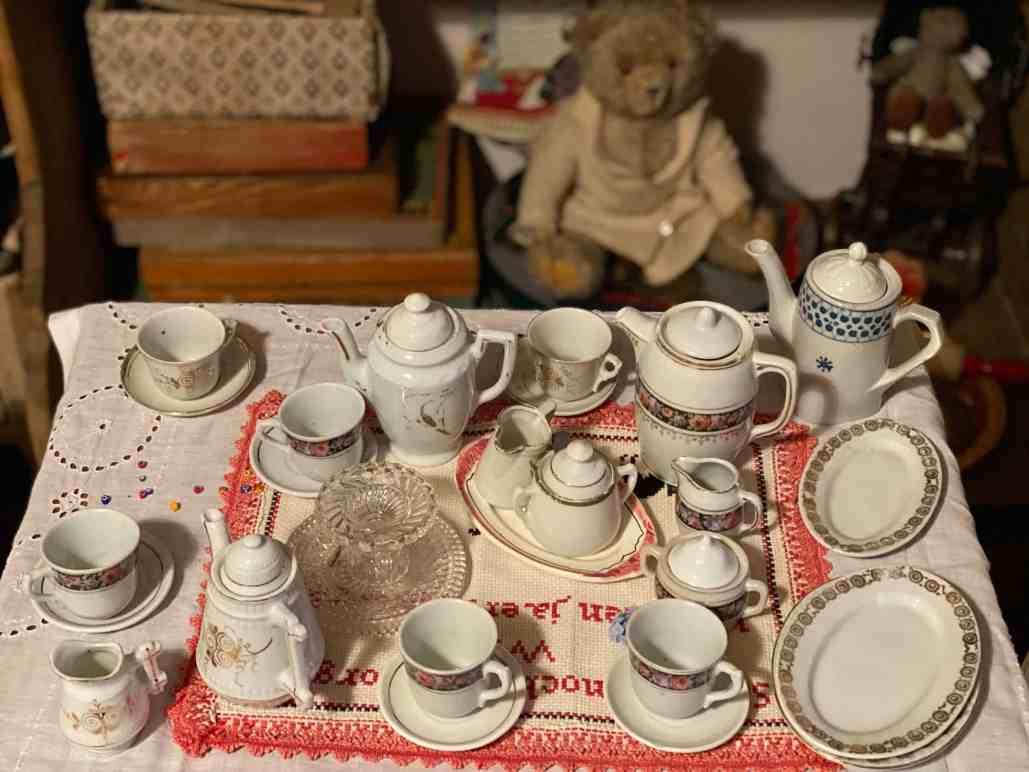 Teddybär und Kaffeeservice