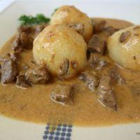 Rahmgulasch im Schnellkochtopf mit zartem Rindfleisch und Creme Fraiche