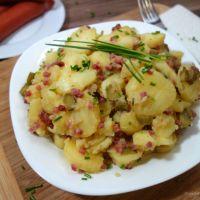 Kartoffelsalat mit Speck, Zwiebeln und Gurken