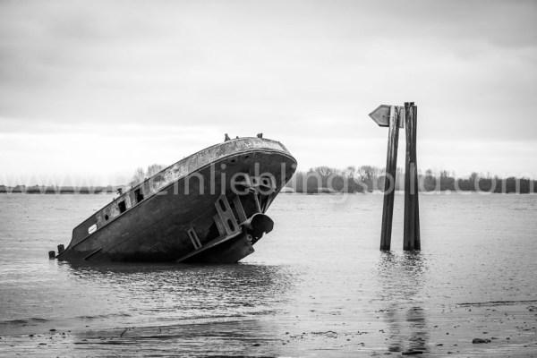 Schiffswrack Uwe am Elbstrand in Hamburg Blankenese (schwarz-weiß) Alu Dibond, Acryl, Leinwand, Poster