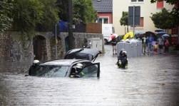 Auto im Hochwasser