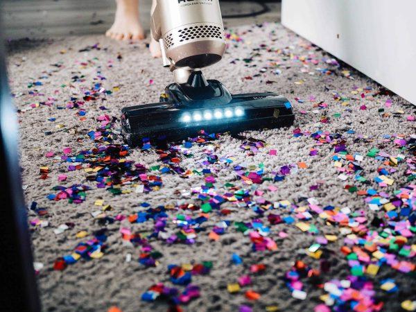 Mit einem Bodenstaubsauger kannst du deinen Boden reinigen. Unsplash / The Creative Exchange