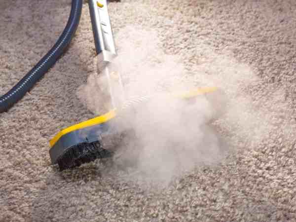 Ein Handdampfreiniger erinnert vom Aussehen her stark an einen Staubsauger. (Bildquelle: 123rf.com /  24287196)