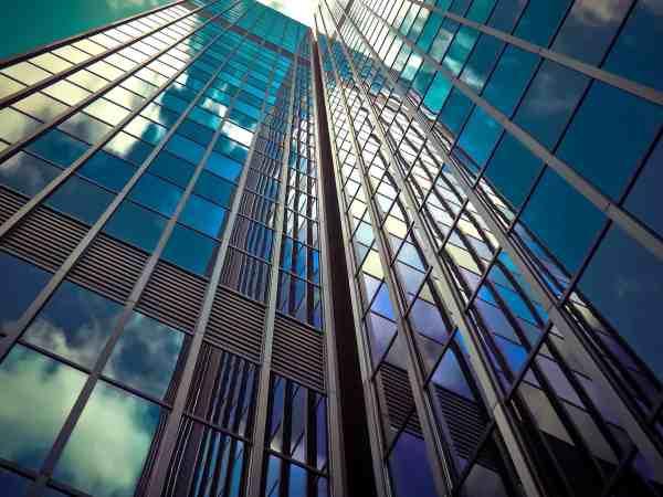 Hochhäuser mit vielen Fenstern