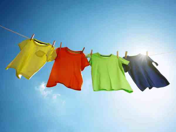 Vier Shirts auf der Leine
