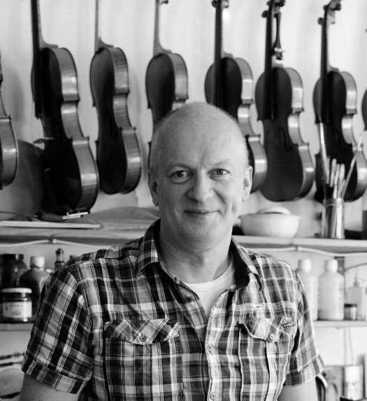 Geigenbauer Michael Jaumann in seiner Werkstatt in München.