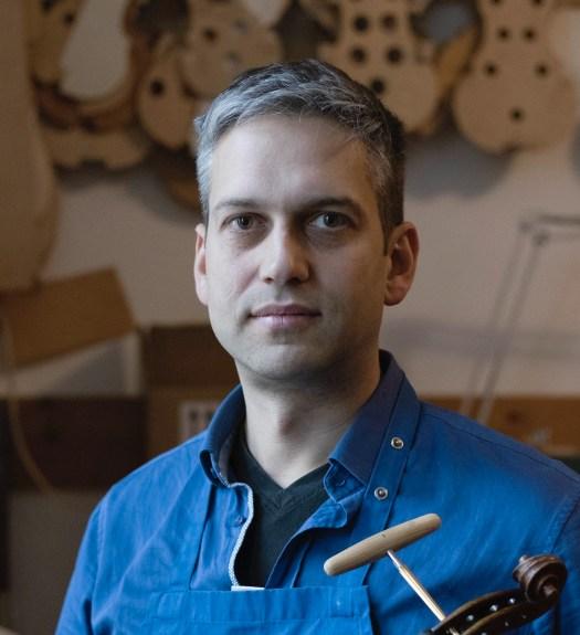 Geigenbauer Martin Erben in seiner Werkstatt