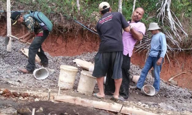 Kepala Desa Turut Serta Melaksanakan Kerja Bakti