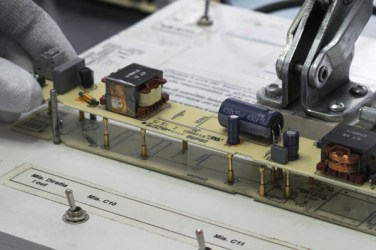 Particolare di una ispezione su banco custom / Detail of custom made desk inspection