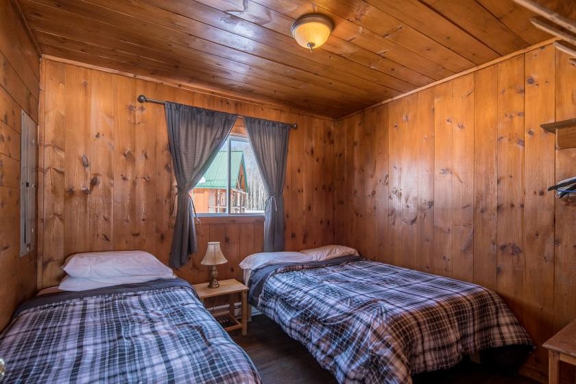 Chalet #3 de la Pourvoirie Mekoos. Chambre de droite avec un lit simple et un lit double