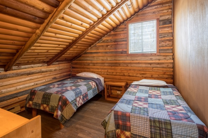 Chalet #6 de la Pourvoirie Mekoos. Chambre à l'étage avec deux lit simple