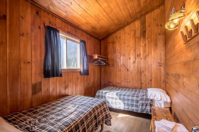 Chalet #9 de la Pourvoirie Mekoos. Chambre avec deux lits simples