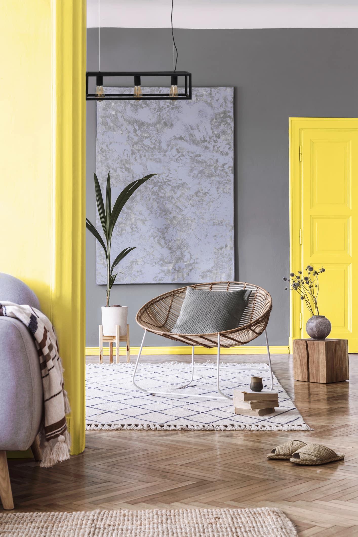 ışık tertibatları, gri duvarlar, sarı kapı ve yatak odası, rattan sandalyeli berber tarzı halı