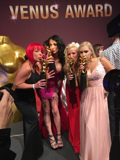Venus Erotikmesse 2016 Award Kuss von LenaNitro MeliDeluxe