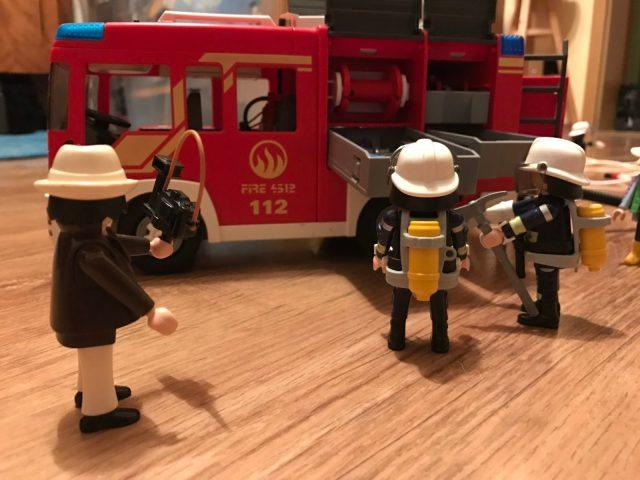 Jim am Gerätefach des Feuerwehrautos