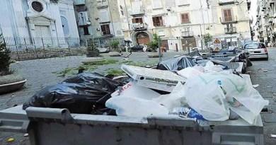 Napoli - cassonetti spazzatura