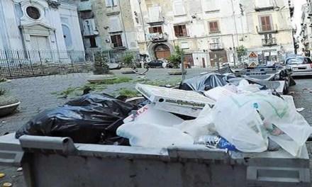 """Napoli, presi i """"furbetti"""" della spazzatura: multe a raffica"""