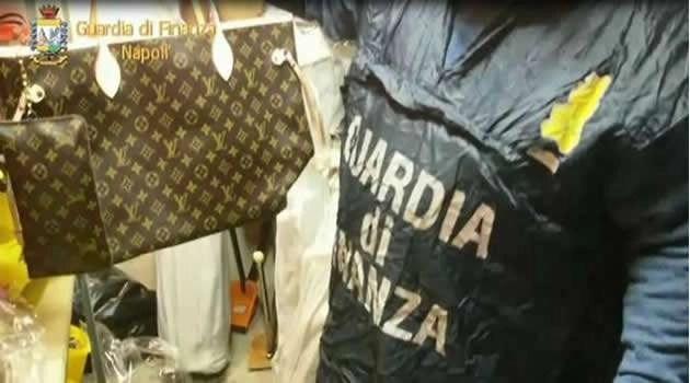 Cronaca, Napoli: scoperti oltre 12mila oggetti contraffatti