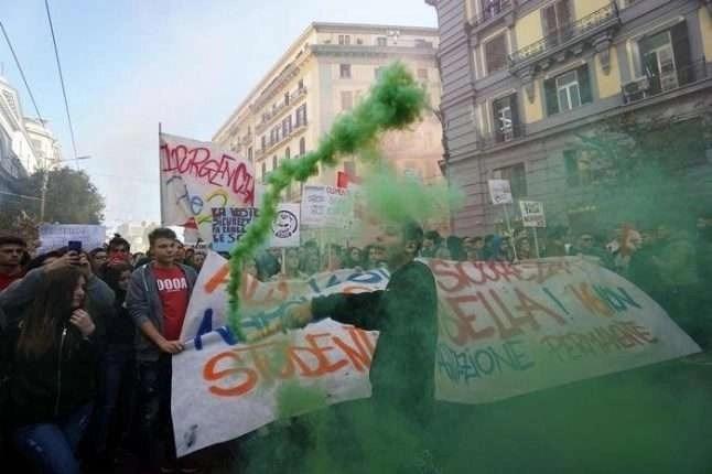 """Studenti di Napoli e provincia in corteo per il #NoSalviniDay:  """"No al Governo del manganello"""""""