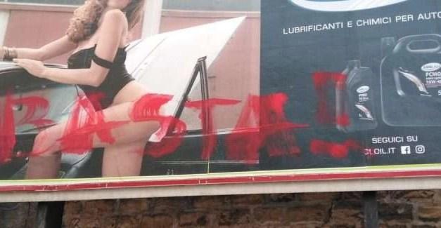 """Manifesto sessista tra Melito e Mugnano: donna in posa """"hot"""" per olio lubrificante. È polemica"""